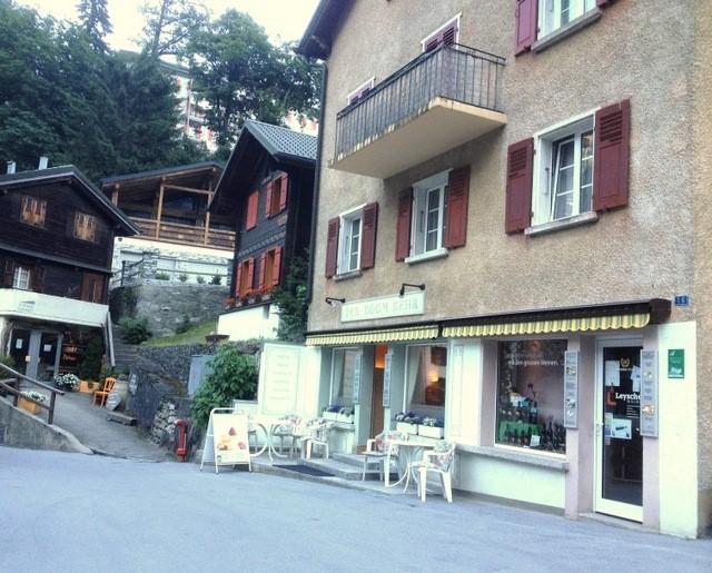 Улица Лейкербада и мое любимое кафе (фотография автора)