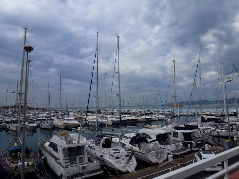 Порт в Сен-Рафаэле красив в любую погоду (фотография автора)